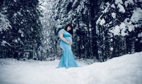 Photographe professionnelle shooting grossesse hivernal à Pontarlier