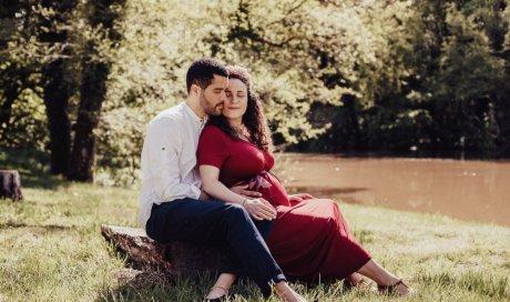 Photographe professionnelle shooting grossesse en pleine nature près de Besançon