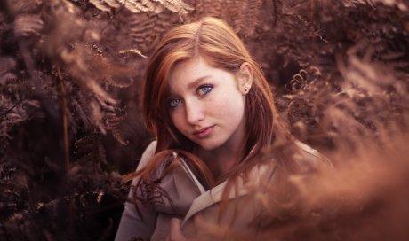 Photographe professionnelle shooting portrait femme en pleine nature à Besançon