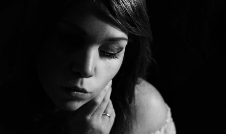Photographe professionnelle shooting portrait femme en studio à Besançon