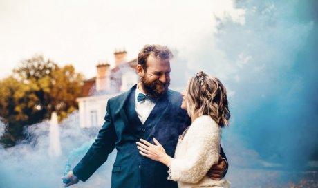 Photographe professionnelle shooting mariage avec fumigènes à Besançon