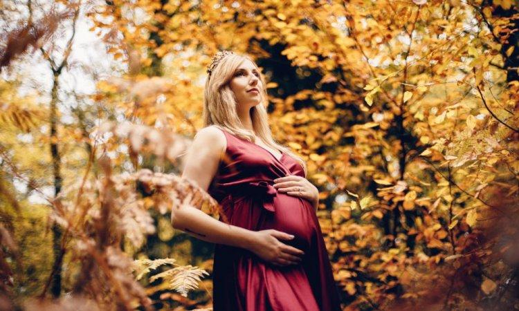 Photographe professionnelle shooting grossesse en automne à Besançon