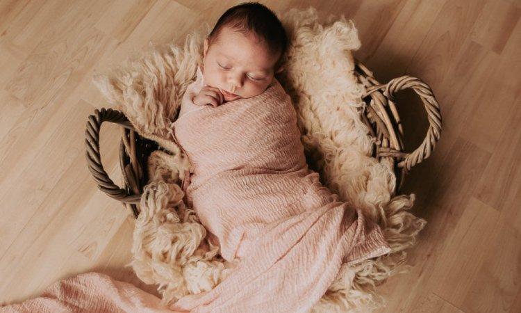 Photographe professionnelle séance naissance à Besançon
