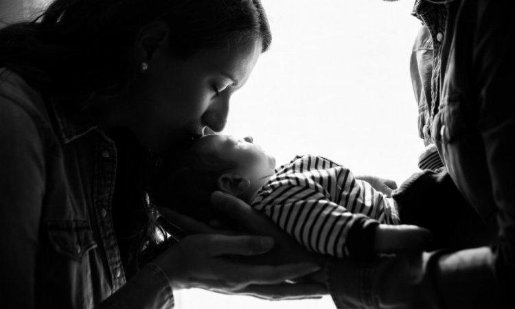 Photographe professionnelle séance photo naissance à domicile à Besançon